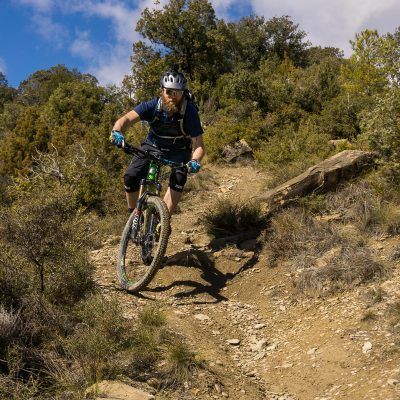 Mountainbiker op een ruige singeltrail in Zona Zero, enduro mountainbike gebied in Ainsa