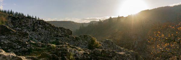 Uitzicht vanaf de rots in de Belgische Ardennen